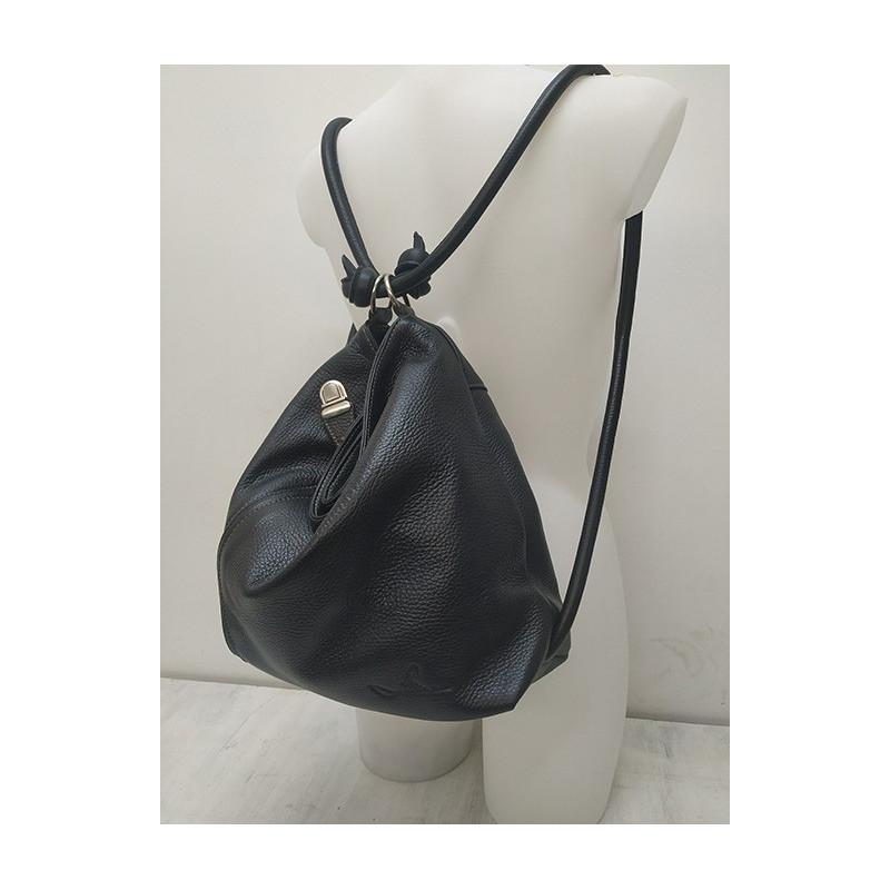 mochila de piel negra
